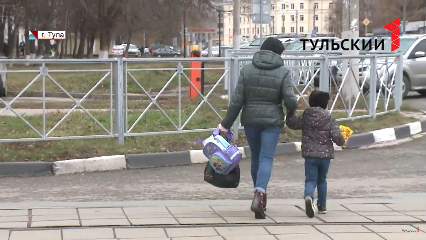 Почти половина россиян против установки заборов вдоль тротуаров