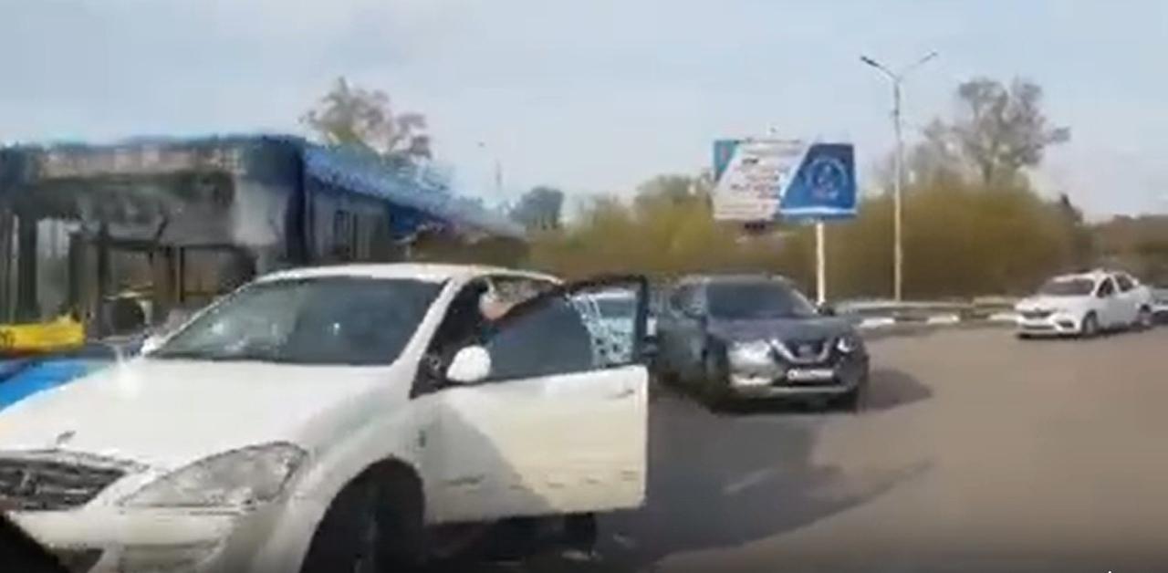 В Туле на съезде с мясновского моста столкнулись автобус и легковой автомобиль
