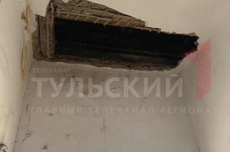 В ясногорской трехэтажке починили рухнувший потолок