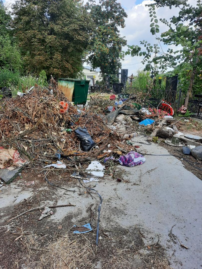 Туляки пожаловались на заблокированную мусором дорогу к могилам родственников