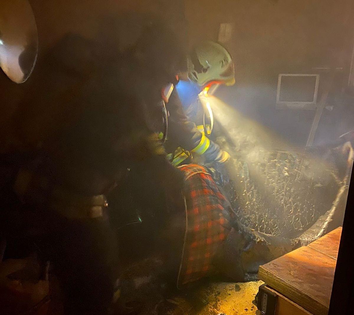 В Новомосковске загорелся многоквартирный дом: пострадал мужчина