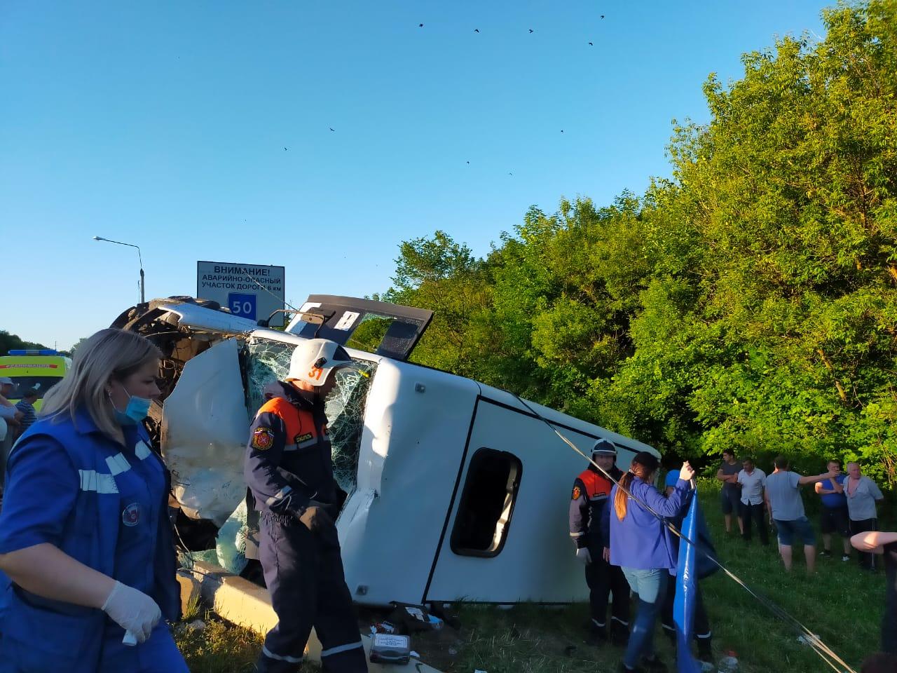 На трассе М-2 столкнулись фура и маршрутка: один человек погиб