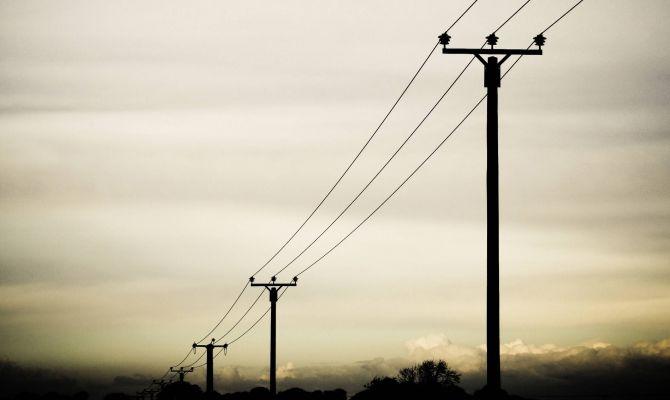 В Туле при бурении скважины под железобетонный столб повредили электрические провода