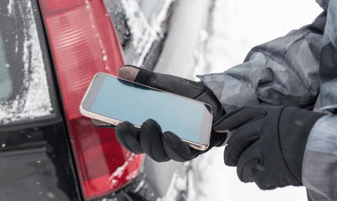 Как тулякам правильно использовать смартфоны в холодное время года