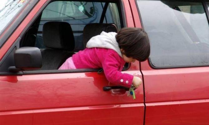 Россиянам запретили оставлять детей в машине без присмотра взрослых