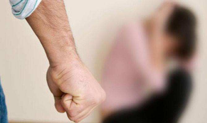 Житель Новомосковска бил кулаками и таскал за волосы свою сожительницу