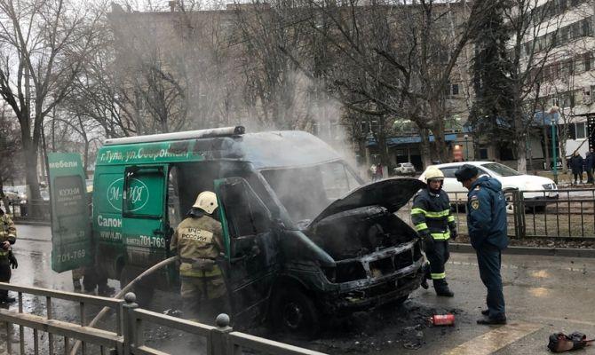 В Туле на Ф. Энгельса сгорел микроавтобус