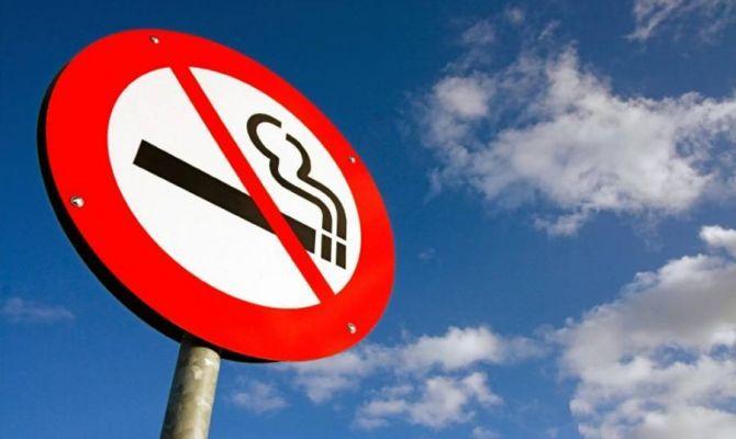 В России могут запретить курение возле подъездов