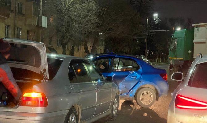 Рано утром на улице Дмитрия Ульянова не разъехались две иномарки