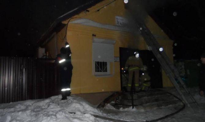 11 человек тушили полыхающий магазин в Суворовском районе