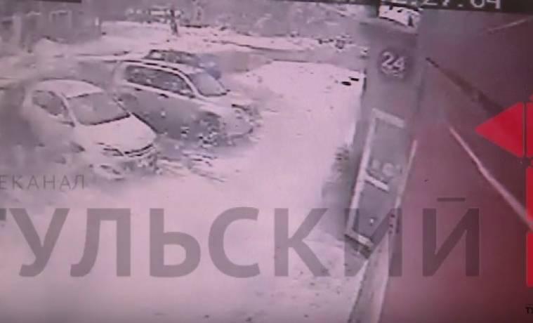 Камеры наблюдения сняли момент падения наледи на женщину в Киреевске. ВИДЕО 18+
