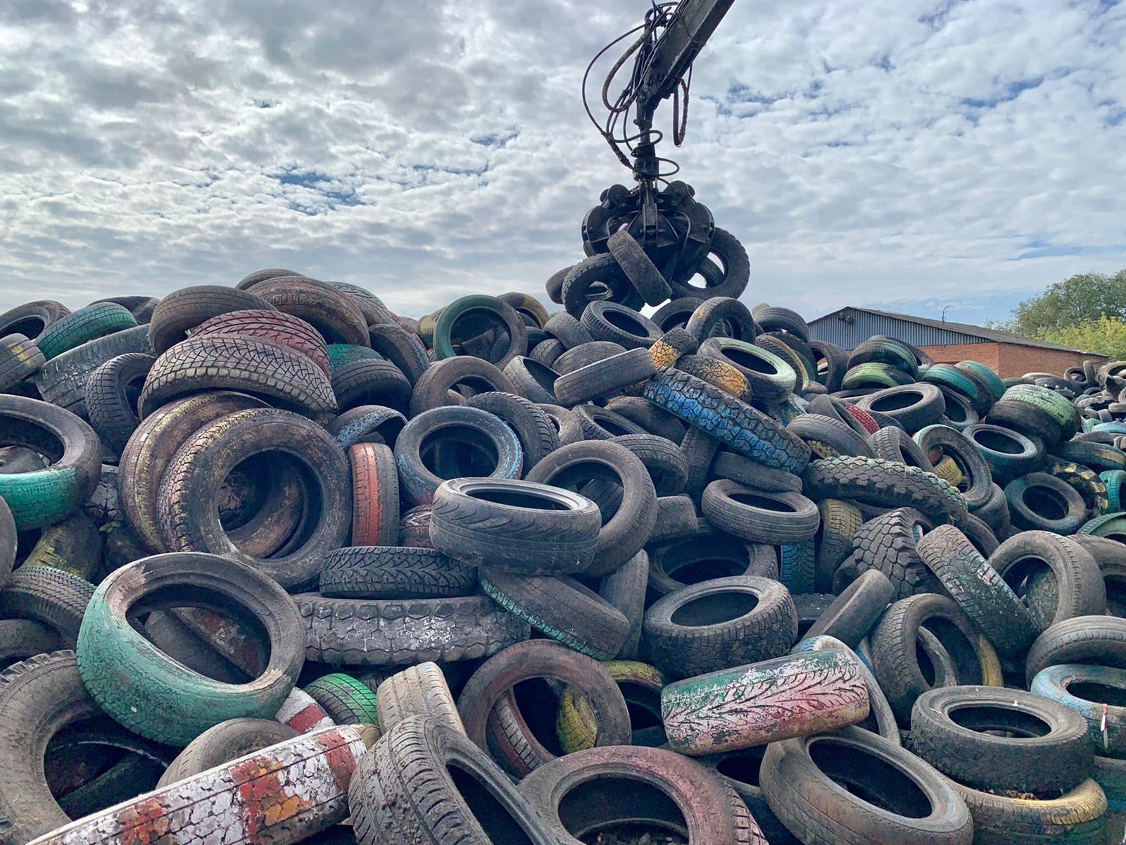 В Новомосковске за неполный месяц на переработку сдали целую гору покрышек